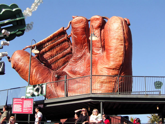 写真:大巨人の残したグローブ